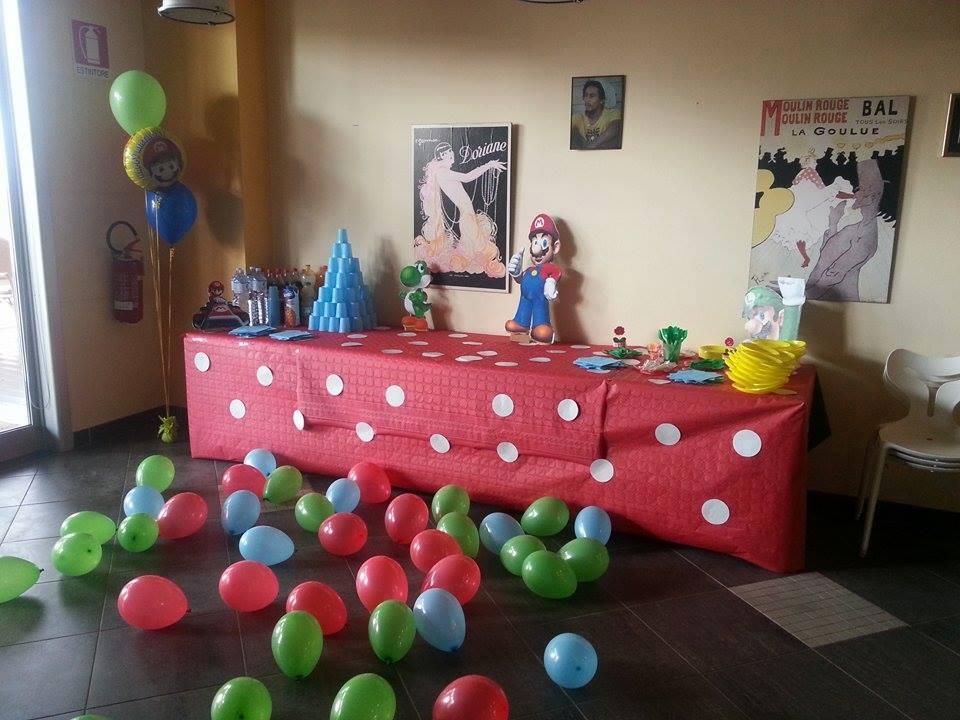tavolo allestito per una festa con palloncini colorati