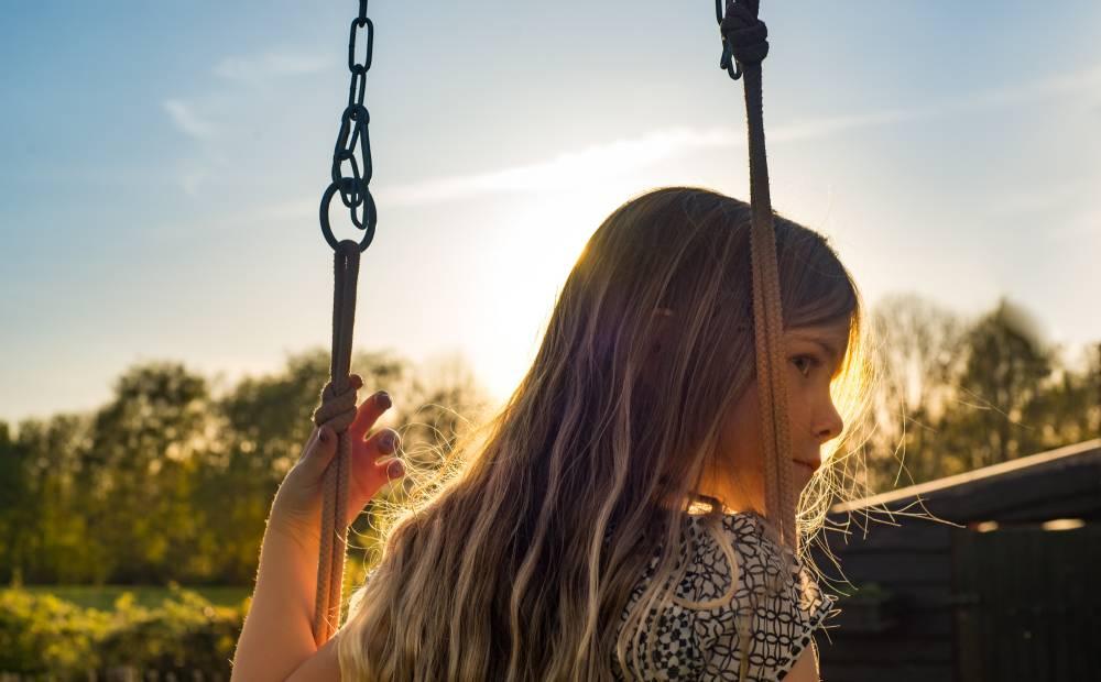 bambina che gioca sull'altalena durante il babyparking per cerimonie