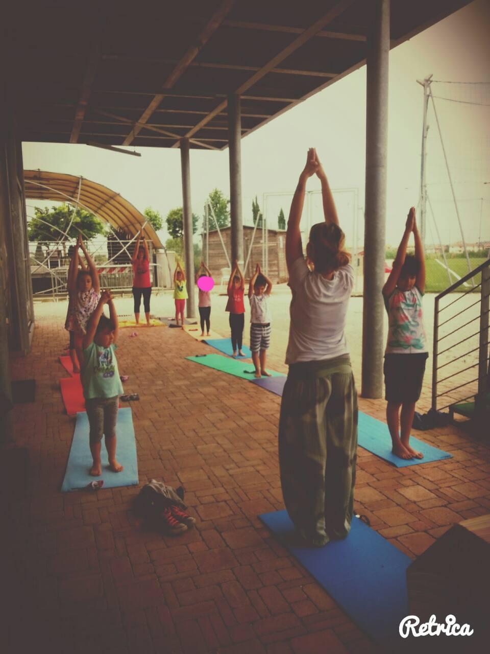 i bambini alle prese con lo yoga con i campi solari di S.O.S Scuola di Pontedera