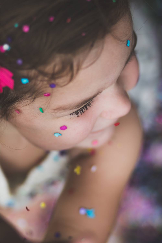 trucco, mackeup per bambini con glitter durante l'animazione per cerimonie