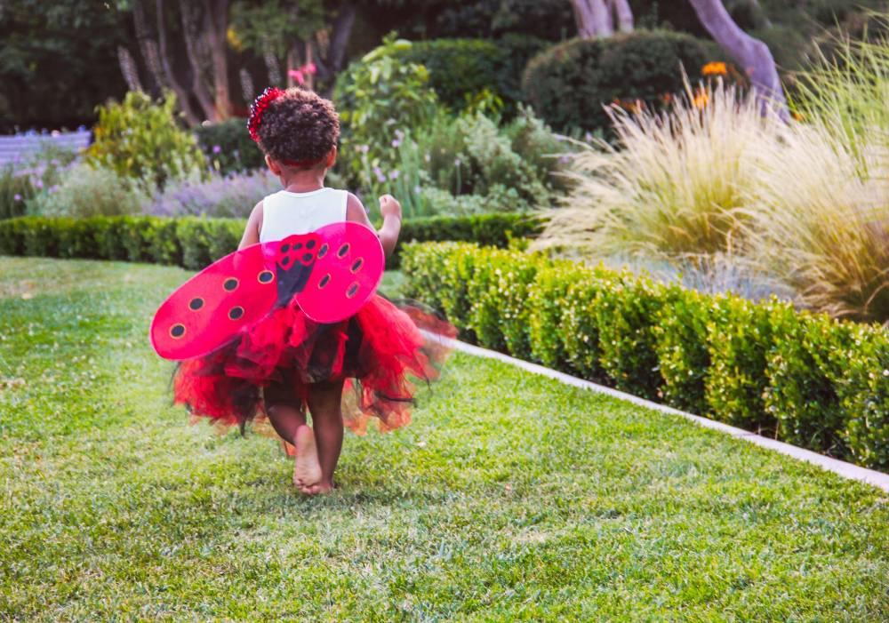 bambina che corre sul prato durante il babyparking per cerimonie