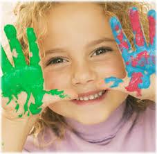bambina con mani sporche di vernice