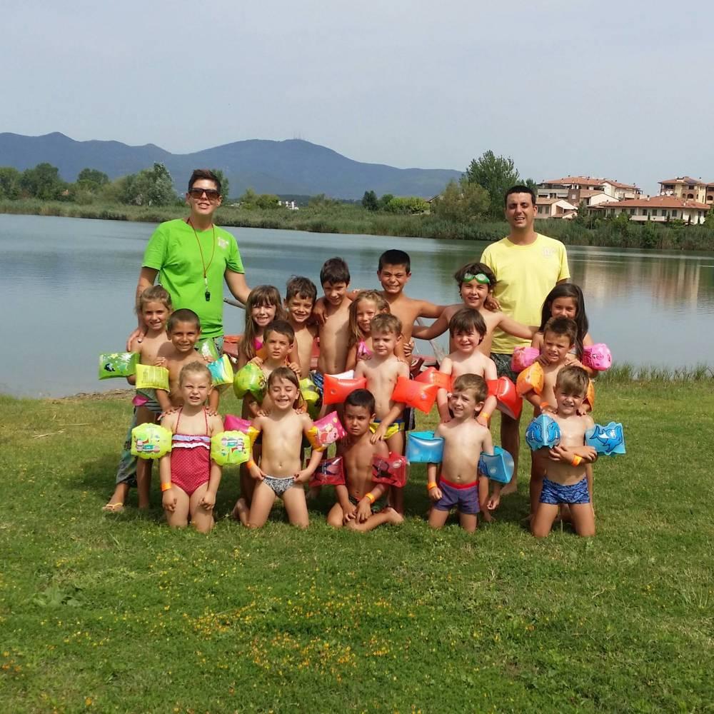 i bambini si divertono al lago con i campi solari di S.O.S Scuola di Pontedera