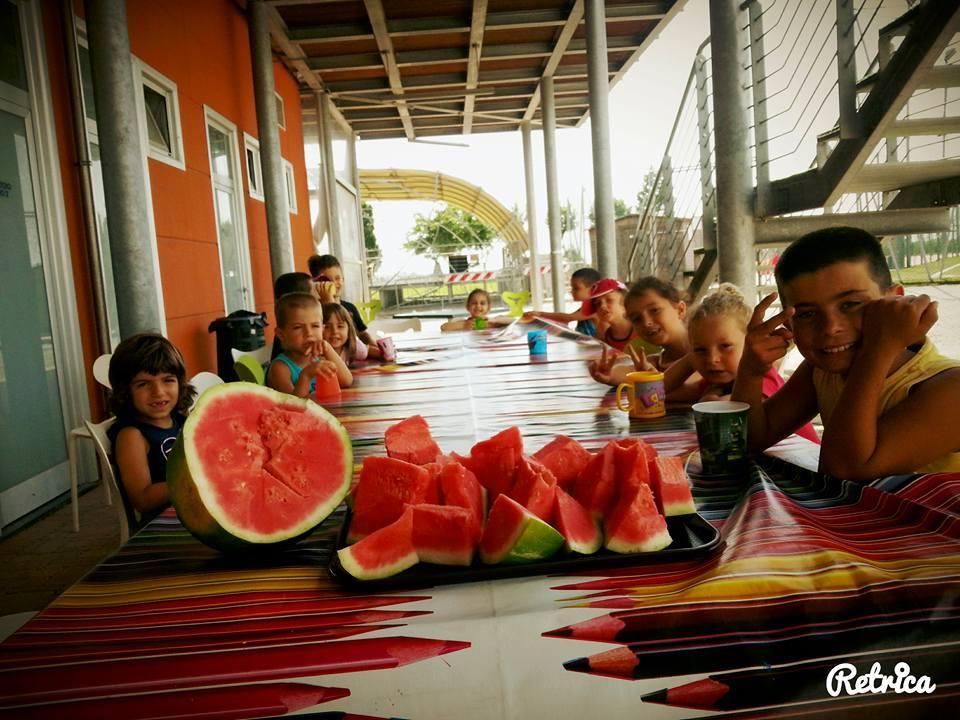 i bambini fanno una merenda genuina ai campi solari organizzati dall´Associazione cuturale S.O.S Scuola di Pontedera