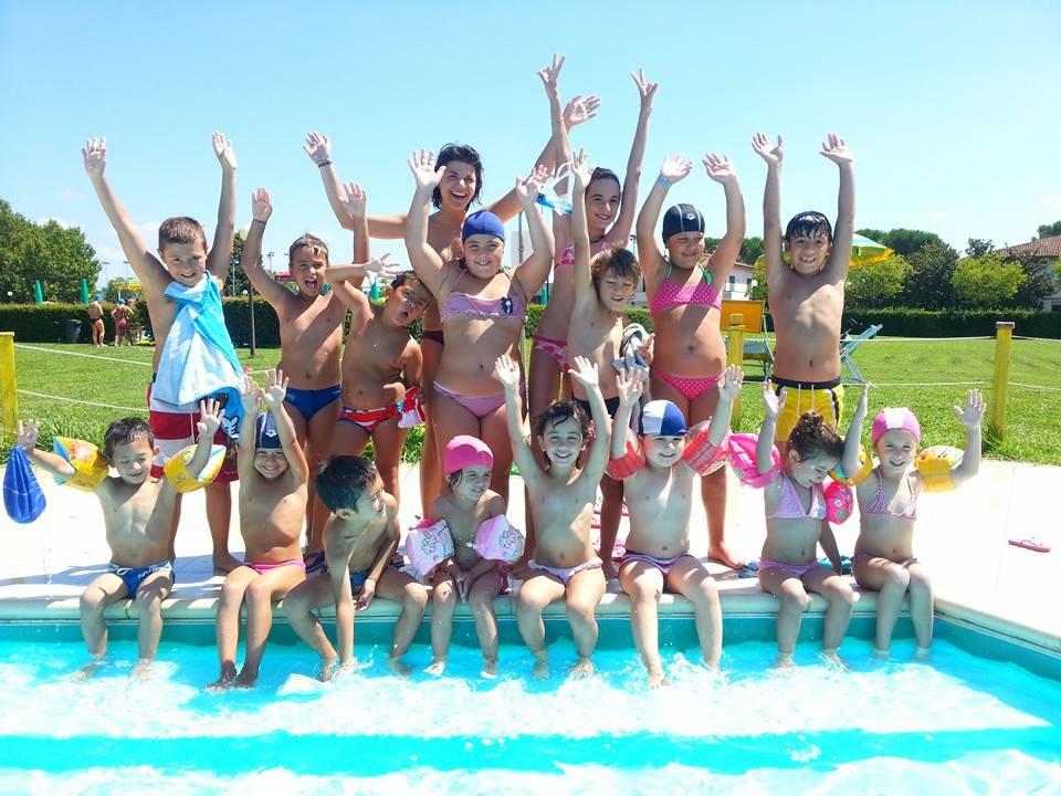 i cambi in piscina durante un campo estivo