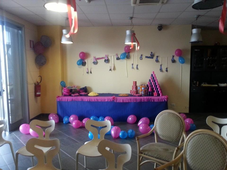 stanza addobbata per una festa
