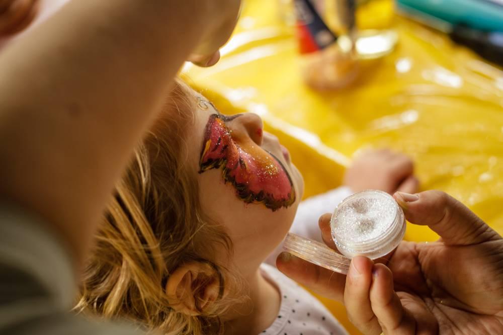 trucco makeup a farfalla per bambini durante l'animazione per cerimonie